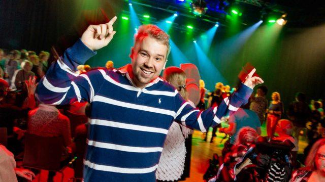 Helsinkiläinen Vuotalo täyttyi syksyisenä iltapäivänä mummodiskoilijoista. Paikalle löysi Joni Tammisalon mukaan yli 300 tanssijaa.