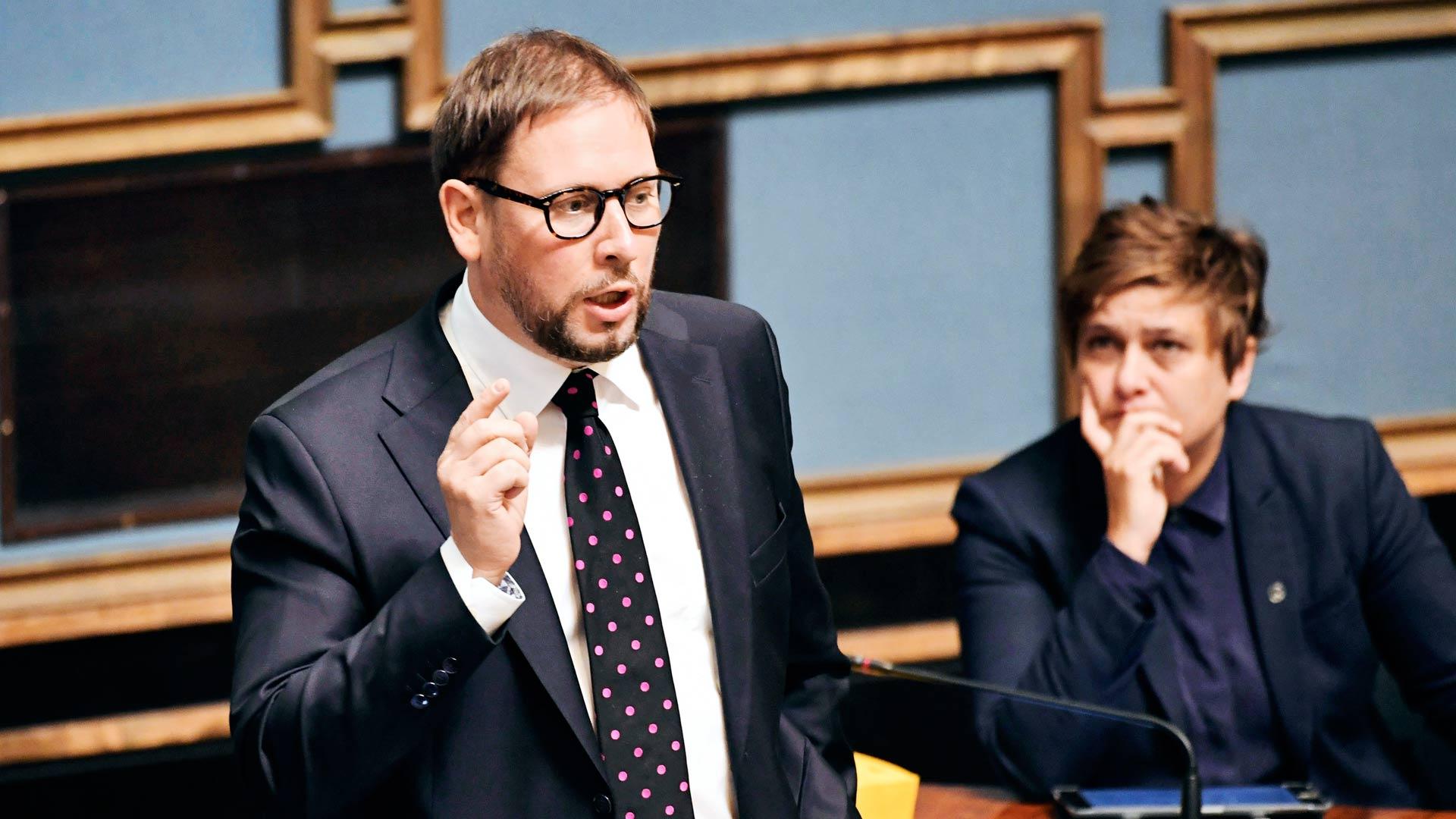 Vasemmistoliitto on ulkoistanut huutotoimintonsa entiselle puheenjohtajalleen Paavo Arhinmäelle