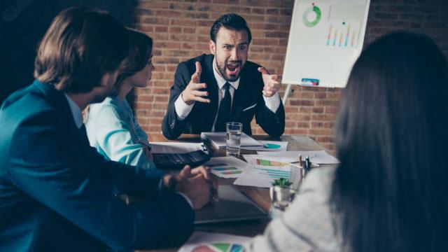 Pelolla johtaminen voi olla opittua. Pomo voi esimerkiksi huutaa, koska hän on oppinut siihen.