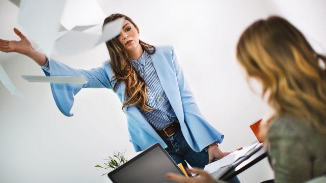 Pelolla johtava pomo saa työntekijänsä varpailleen.