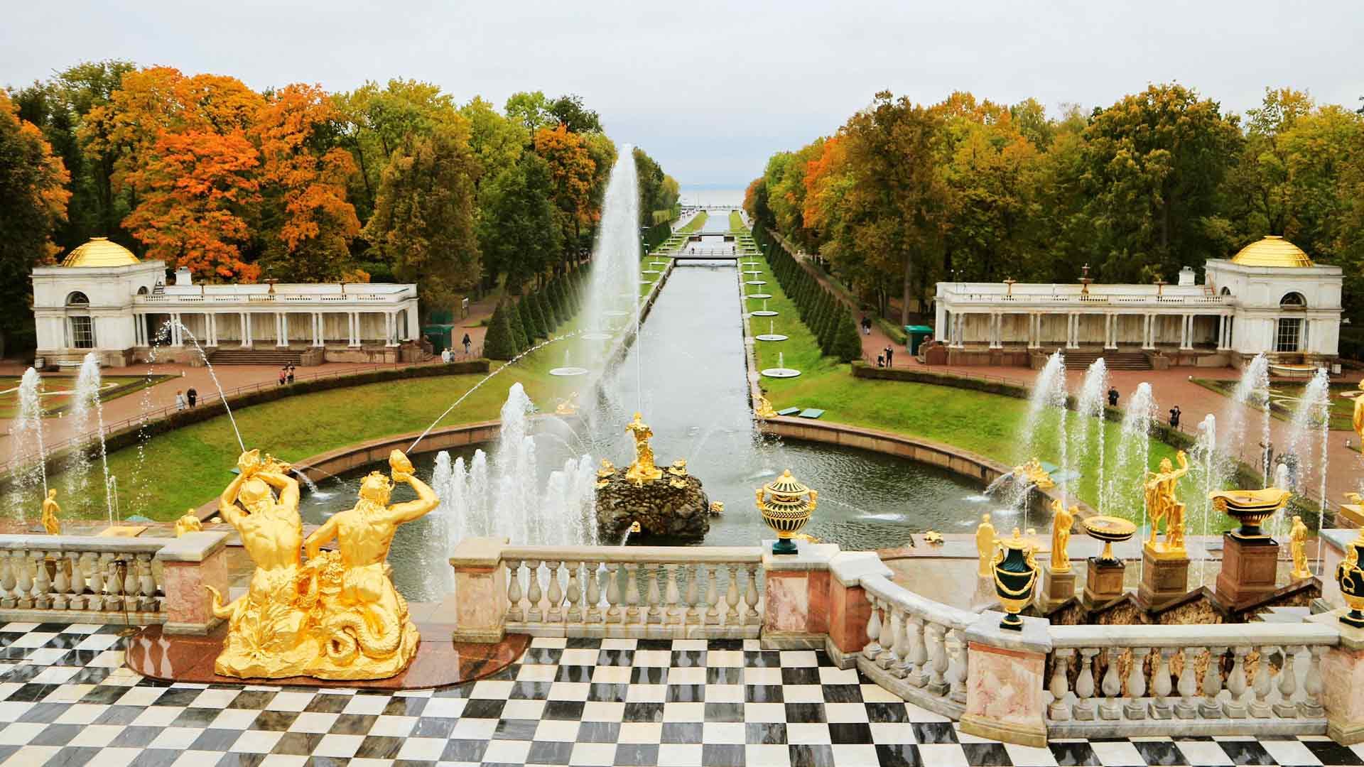 Venäjän keisariperheet viettivät kesiä Pietarhovissa 1917 vallankumoukseen saakka.