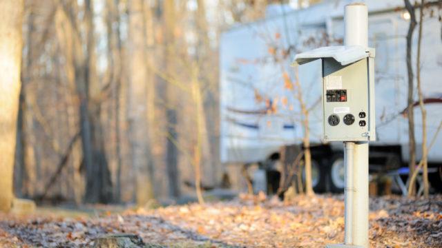 Lämpötolppien pistorasiat kestävät pahimillaan vain 10 vuotta käytössä STUKin mukaan.
