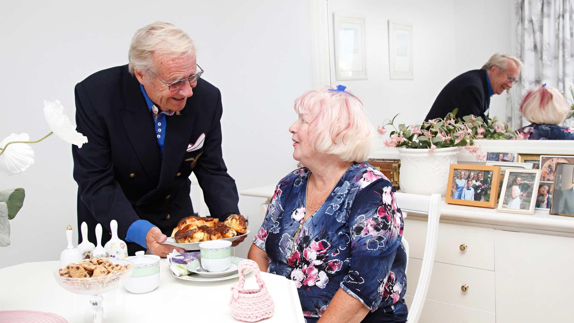 Jorma Pulkkinen häärää mielellään Benalmadenan-kodissa. Hän passaa vaimoaan Anna-Liisaa keittelemällä kahvit ja tarjoamalla leipomosta hakemansa herkut.
