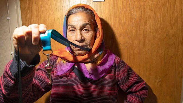 Leonora Ghetulla, 64, on kahdet kotiavaimet. Helsingin kodin avaimet roikkuvat kaulassa. Romaniassa olleen, vanhan, palaneen kotitalon avaimia hän säilyttää muistona tyttärensä luona Romaniassa.