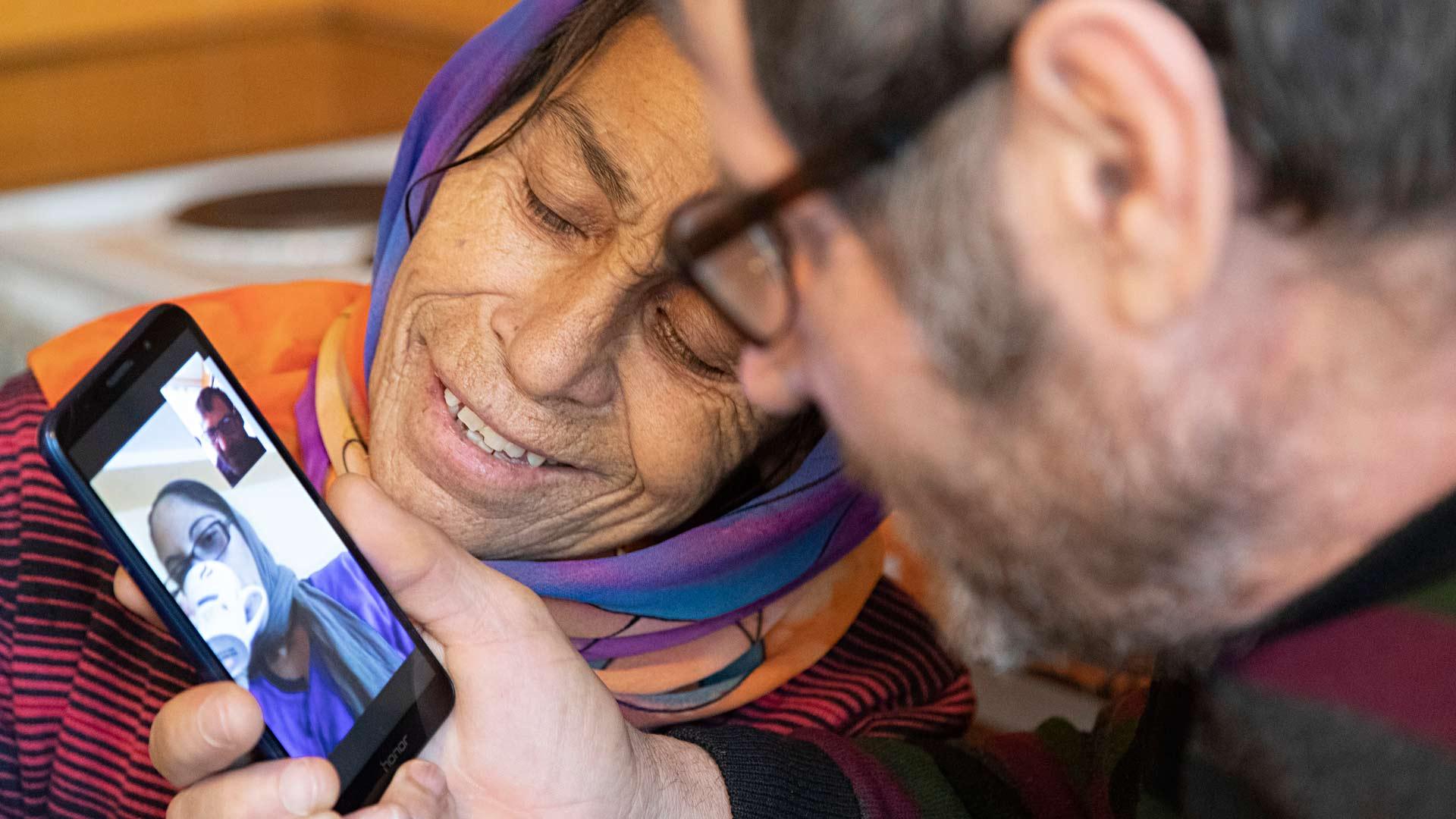 Puhelin on tärkeä yhteydenpitoväline perheen kanssa. Leonoran ja Traianin lapset ja lapsenlapset soittavat videopuheluita säännöllisesti.
