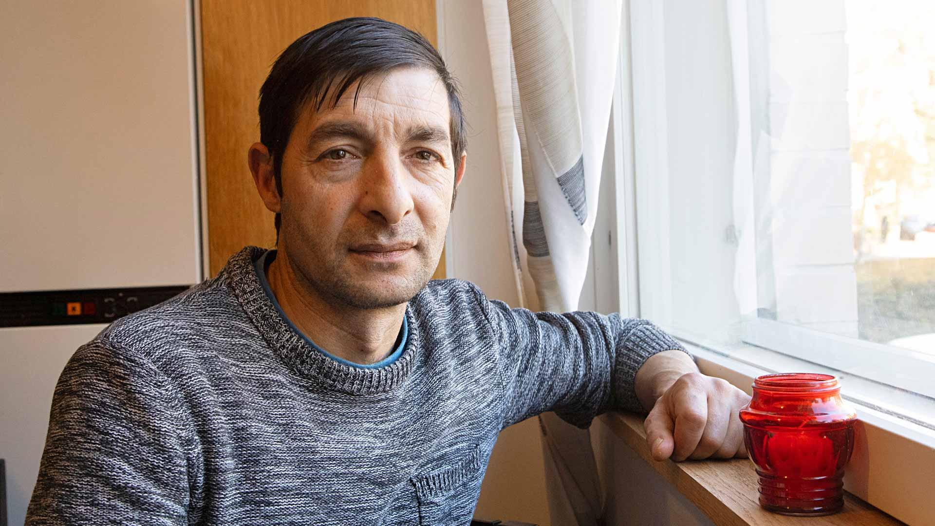 Costel on käynyt koulua ja tehnyt rakennustöitä sekä Romaniassa että Suomessa. Rakennusalankoulutusta hänellä ei ole. Suomessa palkka samasta työstä on kymmenkertainen.