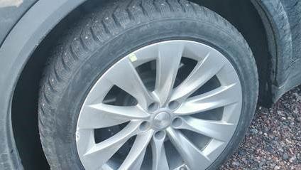 Teslan renkaanvaihto ei sujunut odotusten mukaisesti.