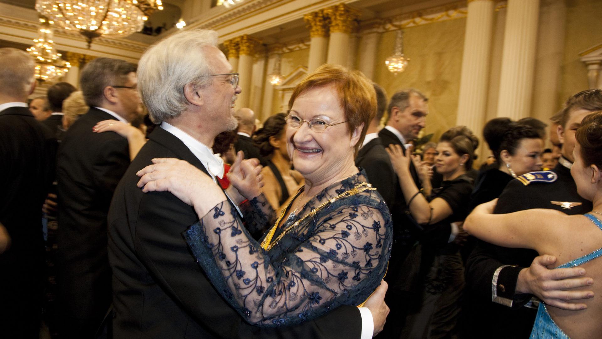 Suomen tasavallan presidentti Tarja Halonen ja puoliso Pentti Arajärvi Linnan juhlissa vuonna 2010. Presidentin puku oli nähty aikaisemmin hänen yllään Ruotsin kruunuprinsessa Victorian häissä.