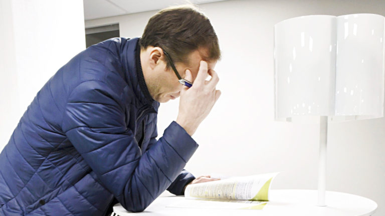 Työttömäksi jäävä joutuu opettelemaan työvoimahallinnon ja sosiaalitoimen kielen, joissa on omat erikoissanansa.