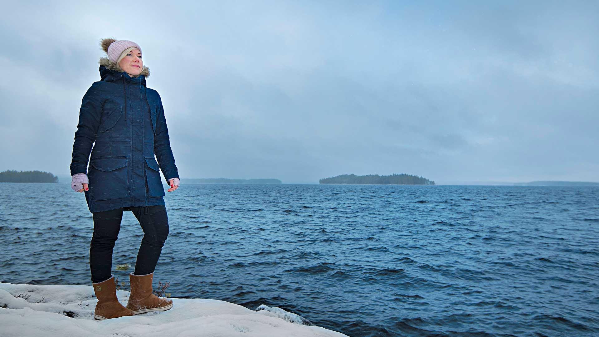 """Kun Tytti Määttä aloitti Kuhmossa tammikuussa 2018, lumikriisi katkoi sähköt sadoista kodeista. """"Yritin pitää mahdollisimman monet ihmiset reaaliajassa perillä siitä, miten korjaustyöt edistyvät,"""" Määttä kertoo. Avoimesti viestineestä kunnanpomosta tuli samalla Twitter-julkkis."""