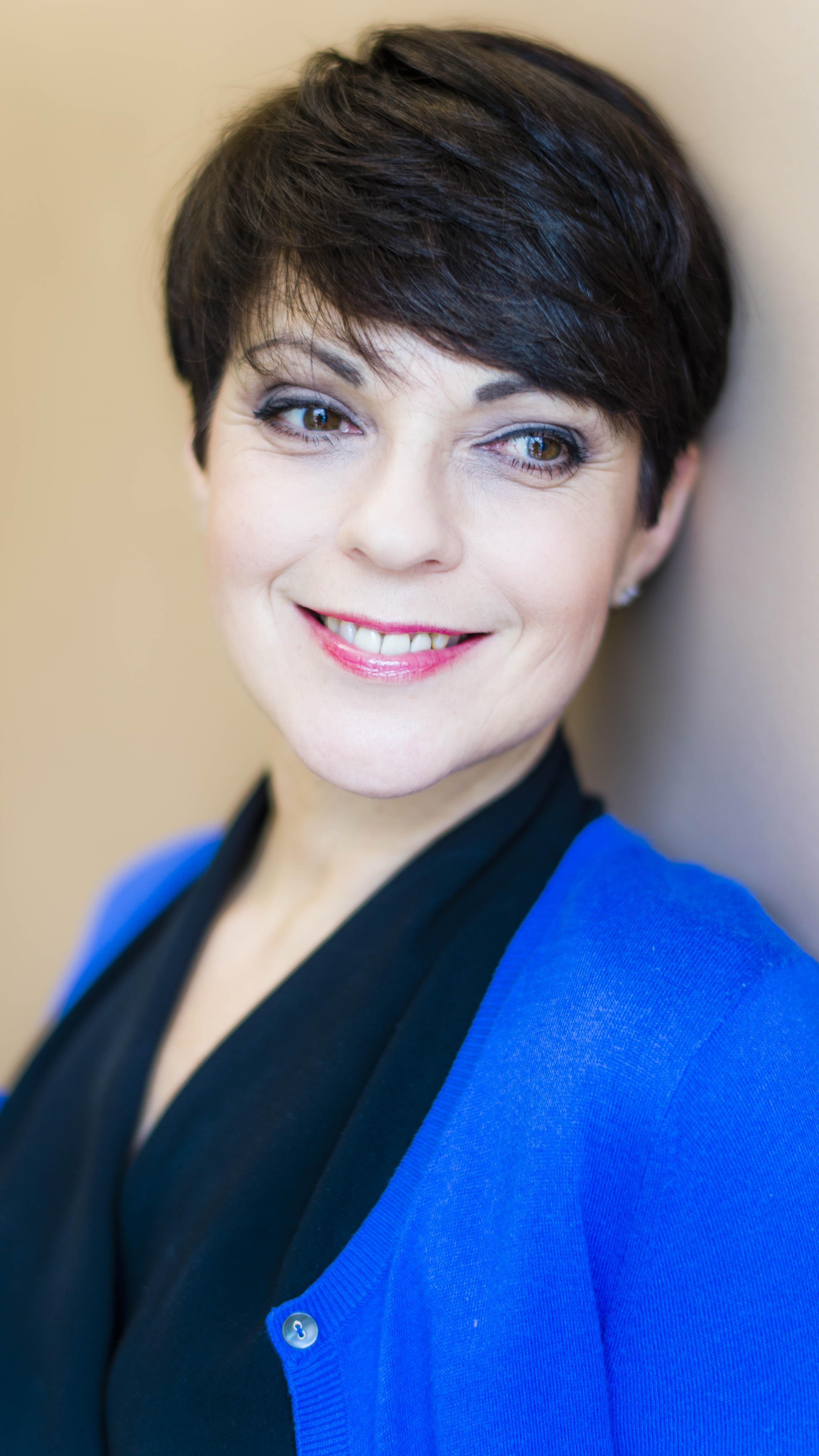 Anna-Liisa Tilus on mukana kuuluttajan roolissa Ylen vuodenvaihteen uudessa sarjassa Maaseudulta maailmalle, joka vie katsojan hektisiin vuosiin 1956-66.