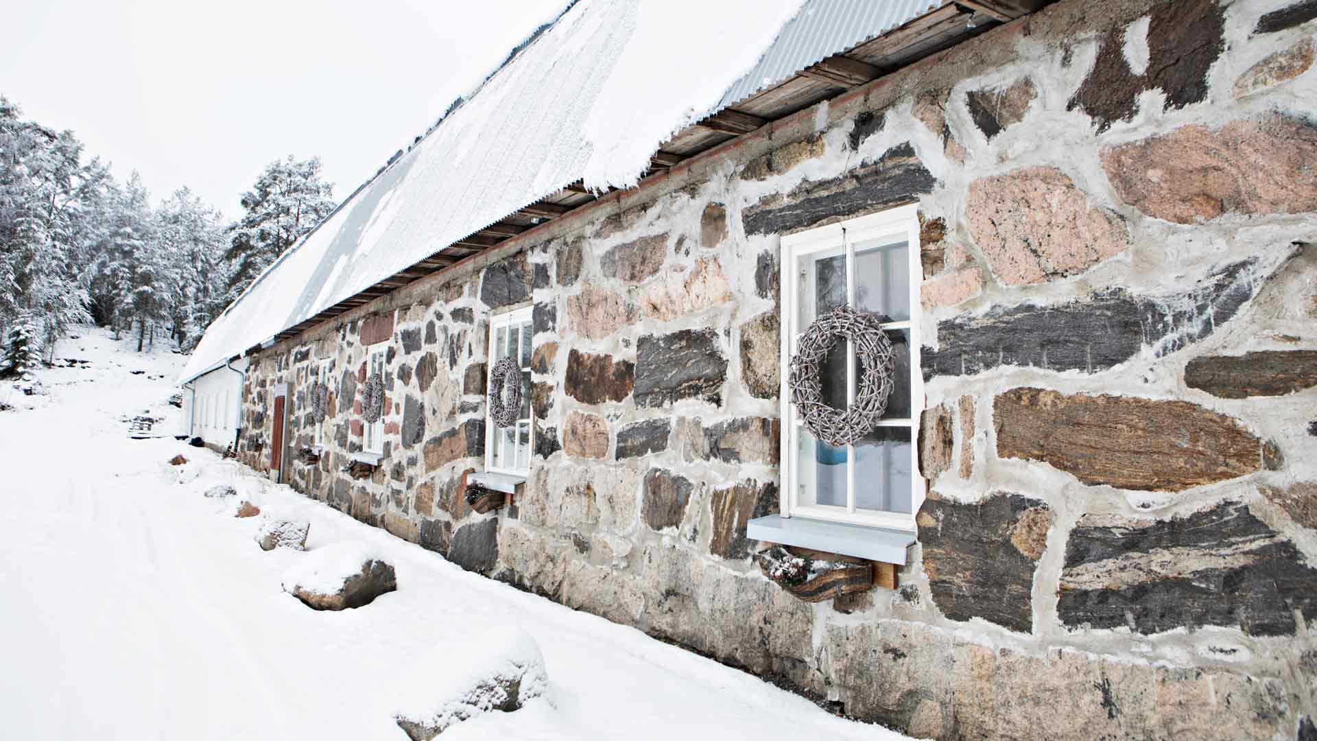 Tallin ikkunat koristellaan jouluna kransseilla ja kukilla.
