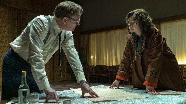 Jared Harris ja Emily Watson sarjassa Chernobyl.