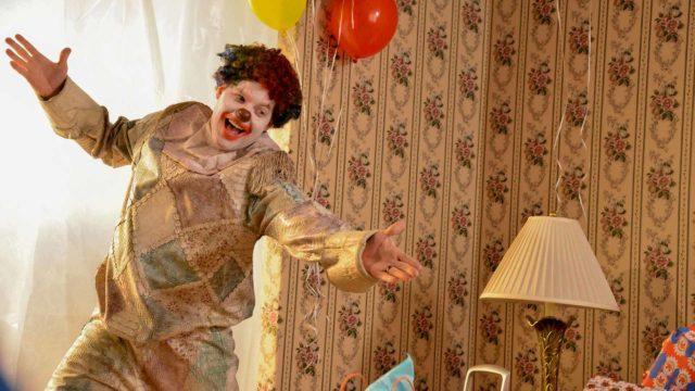 Kauhuelokuvassa Clown klovnipuku muuttaa perheenisän lapsia syöväksi demoniksi.