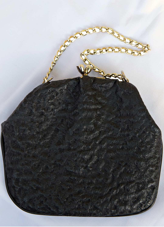 Roolihahmon laukku on lainassa naapurilta. Asuun sopiva hattu on peräisin kirpputorilta.