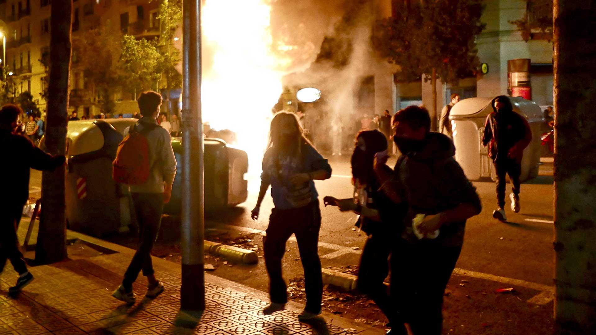 Vangittujen poliitikkojen vapauttamista vaativat mielenosoitukset riistäytyivät väkivaltaisiksi lokakuussa Barcelonassa.