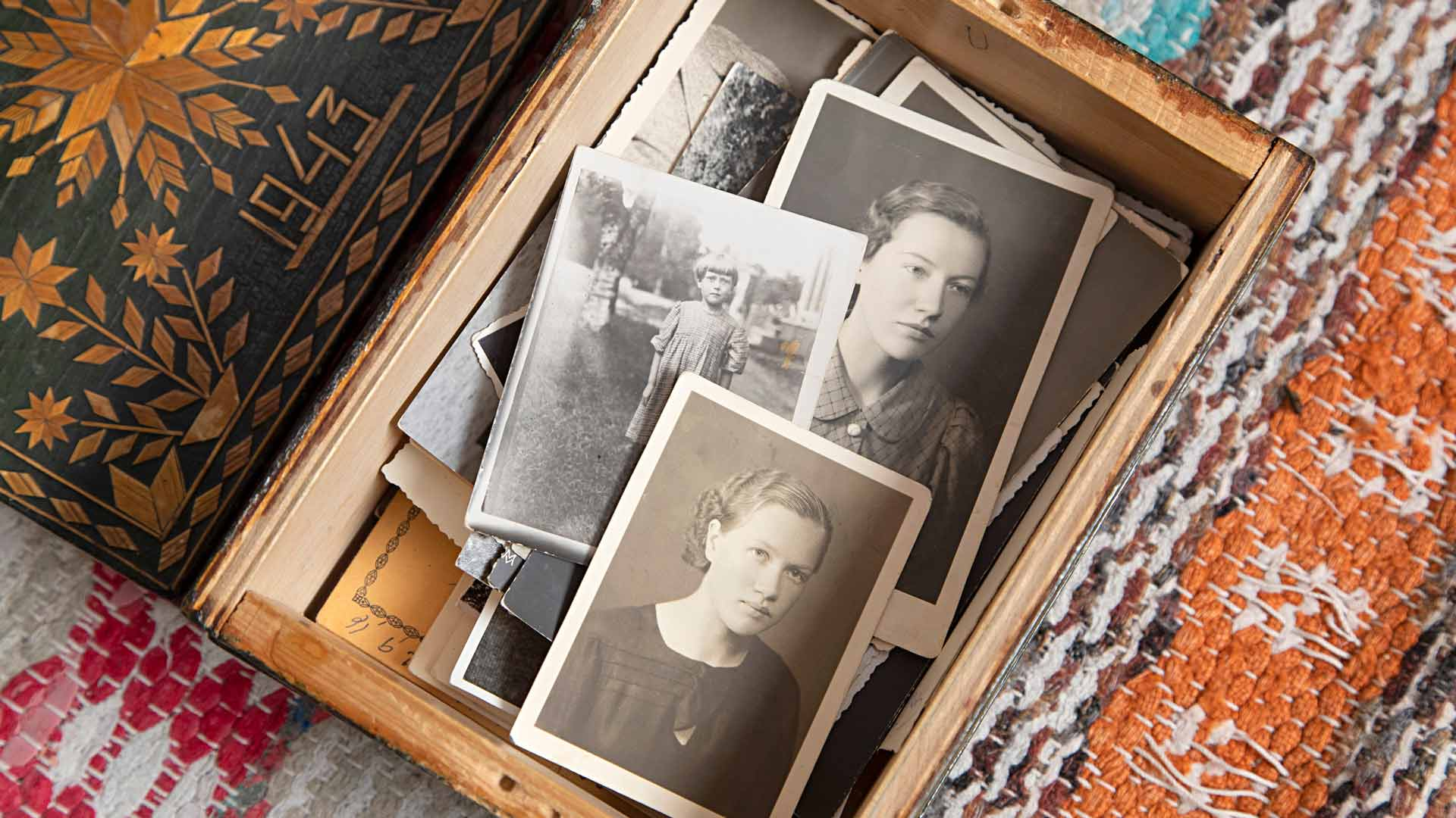 Äidin vanhat valokuvat ovat säilyneet venäläisen sotavangin valmistamassa puurasiassa.