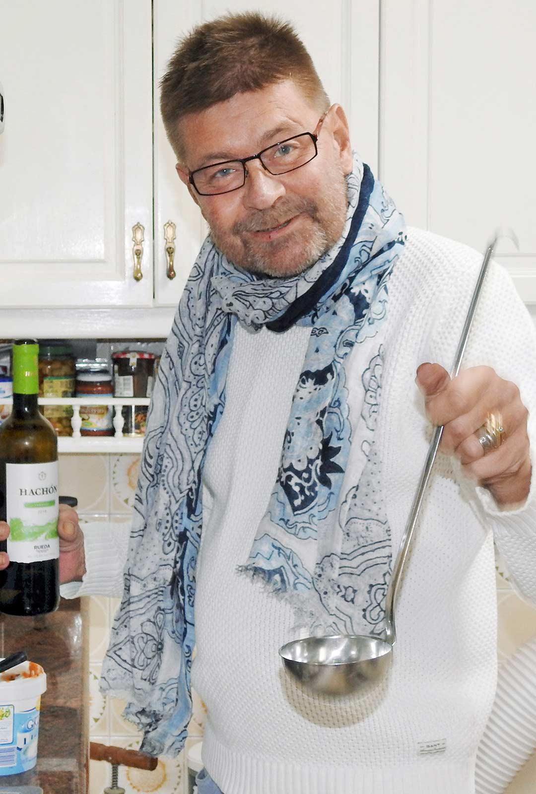 Kauhasta irtoaa vanha keittiövitsi: vain mausteeksi. Jos kauhan jättää kattilaan keitoksen päälle, loraus mausteeksi jääkin oikeasti kauhaan kokin hörpättäväksi.