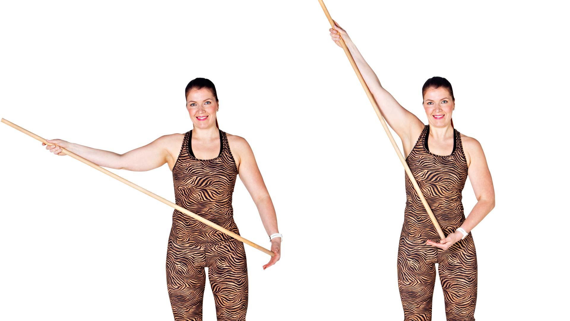 Työnnä kepillä oireilevaa kättä sivukautta niin pitkälle ylös kuin pystyt.
