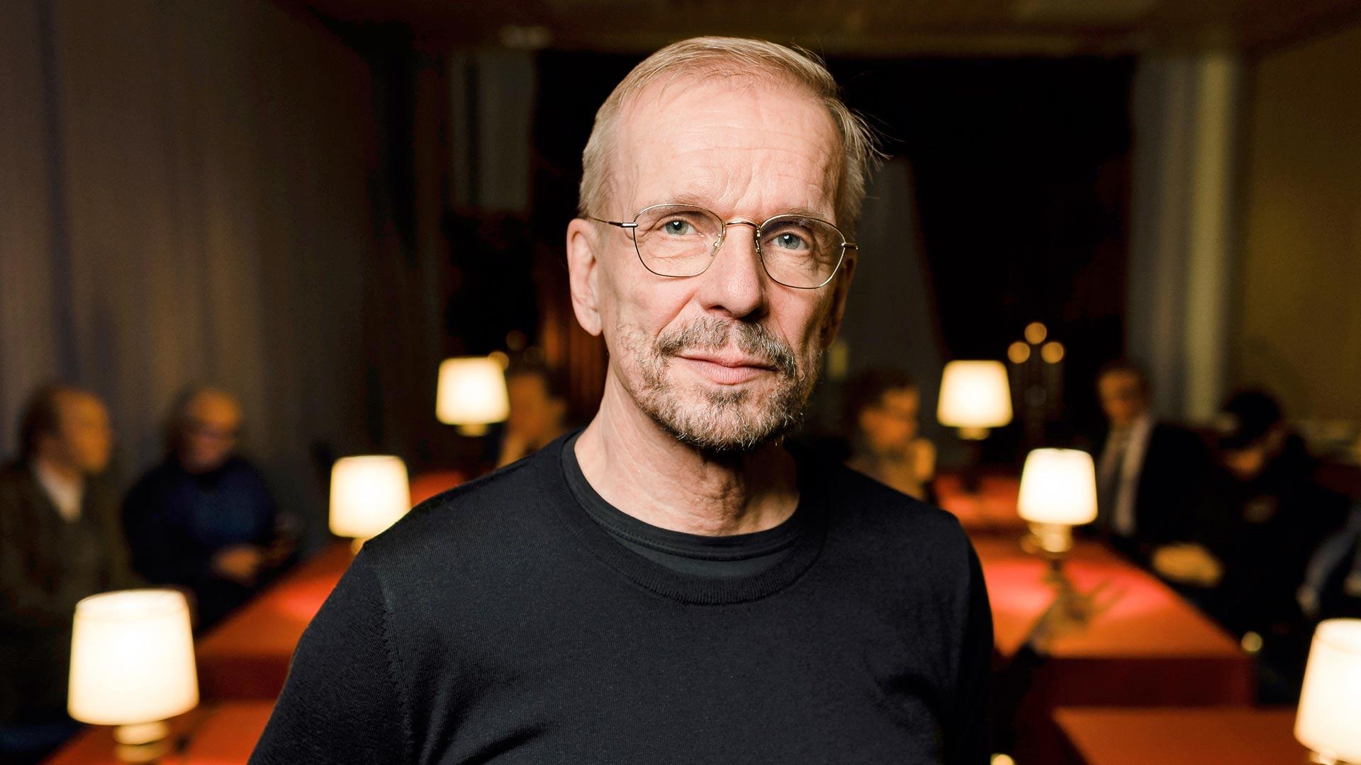 Jukka Puotila muistelee elämäänsä Puoti kiinni ja tila myytiin -kiertueen aikana kuvatussa dokumentissa.