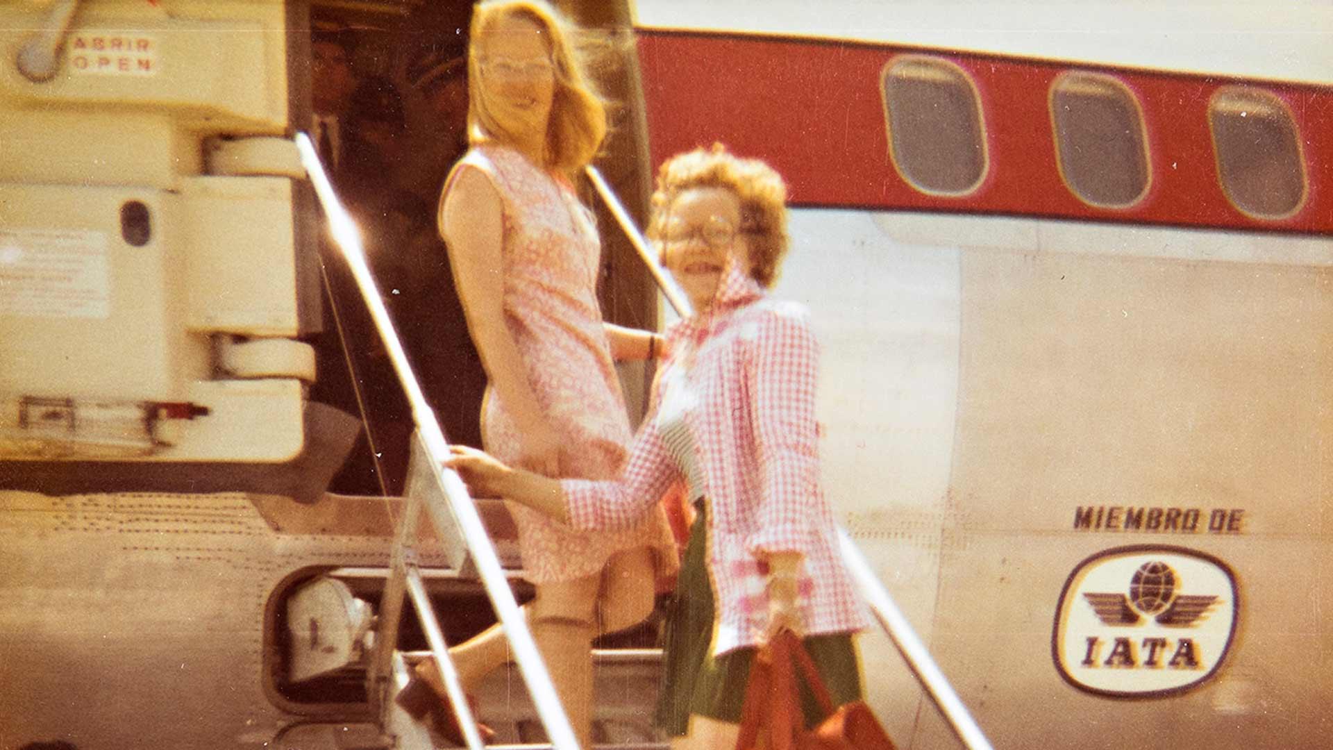 Kesällä 1973 Kaarina Alanen (takana) ja hänen ystävänsä Saara nousivat Alicantessa pienkoneen kyytiin. Määränpää oli Oran. Riikka Hurri