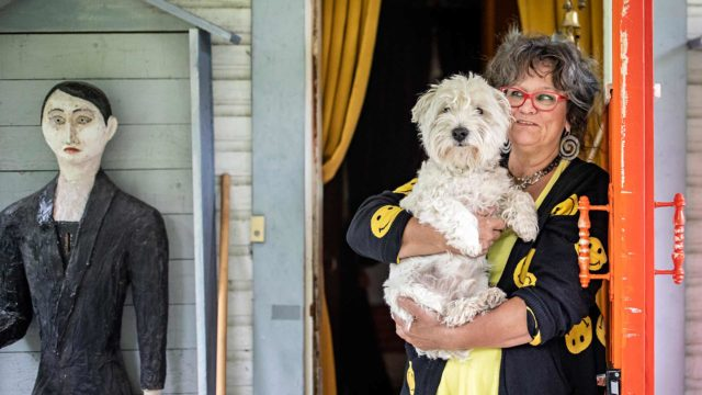 """Suvi Vasama kertoo, että Valo-koira pitää halutessaan vieraat loitolla. """"Täällä koira kouluttaa myös emäntäänsä"""", Vasama virnistää. Vaivaisukko ja -akka yllättävät huvilalle tulijat. Molemmat ovat Suvin äidin tekemiä."""