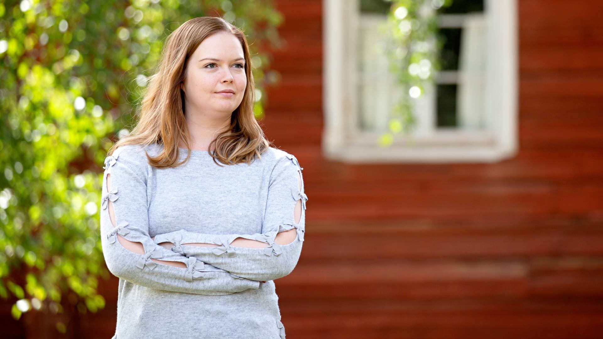 Vilja Päätalo työskentelee opettajana. Hän tietää, että Kalle-vaari arvostaisi korkeakoulututkinnon vaatinutta ammattia, sillä ei itse päässyt nuorena opiskelemaan.
