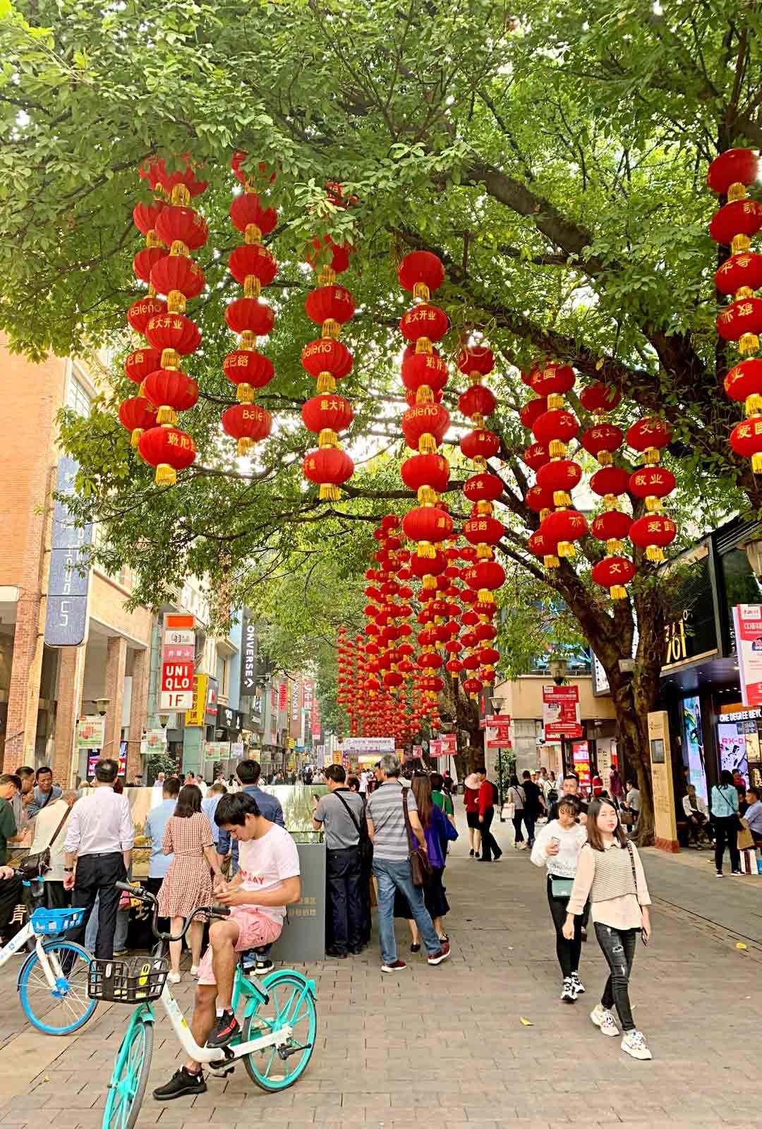 Noin 440 metrin mittaiselta Beijing Road -shoppailukadulta löytyy lähes mitä tahansa: elektroniikkaa, vaatteita, kenkiä ja koruja.