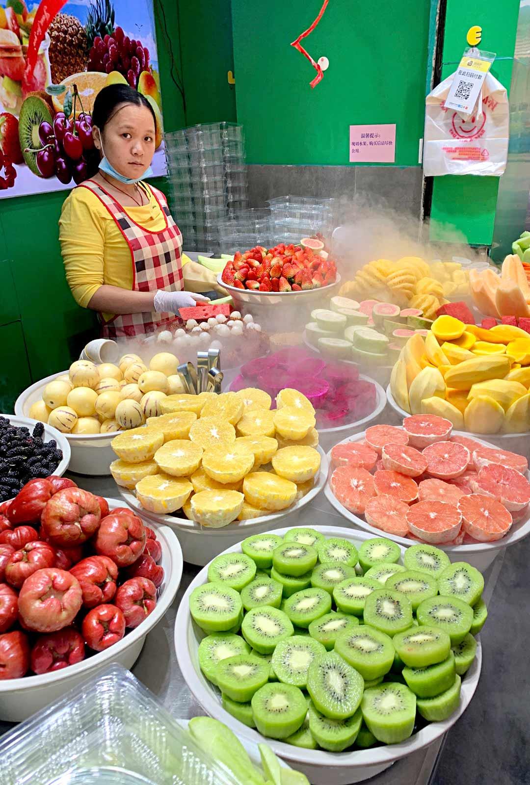 Kiinalaiseen katukeittiöön kuuluvat voimakkaat värit, tuoksut ja maut. Hedelmäkojujen anti on taatusti tuoretta.