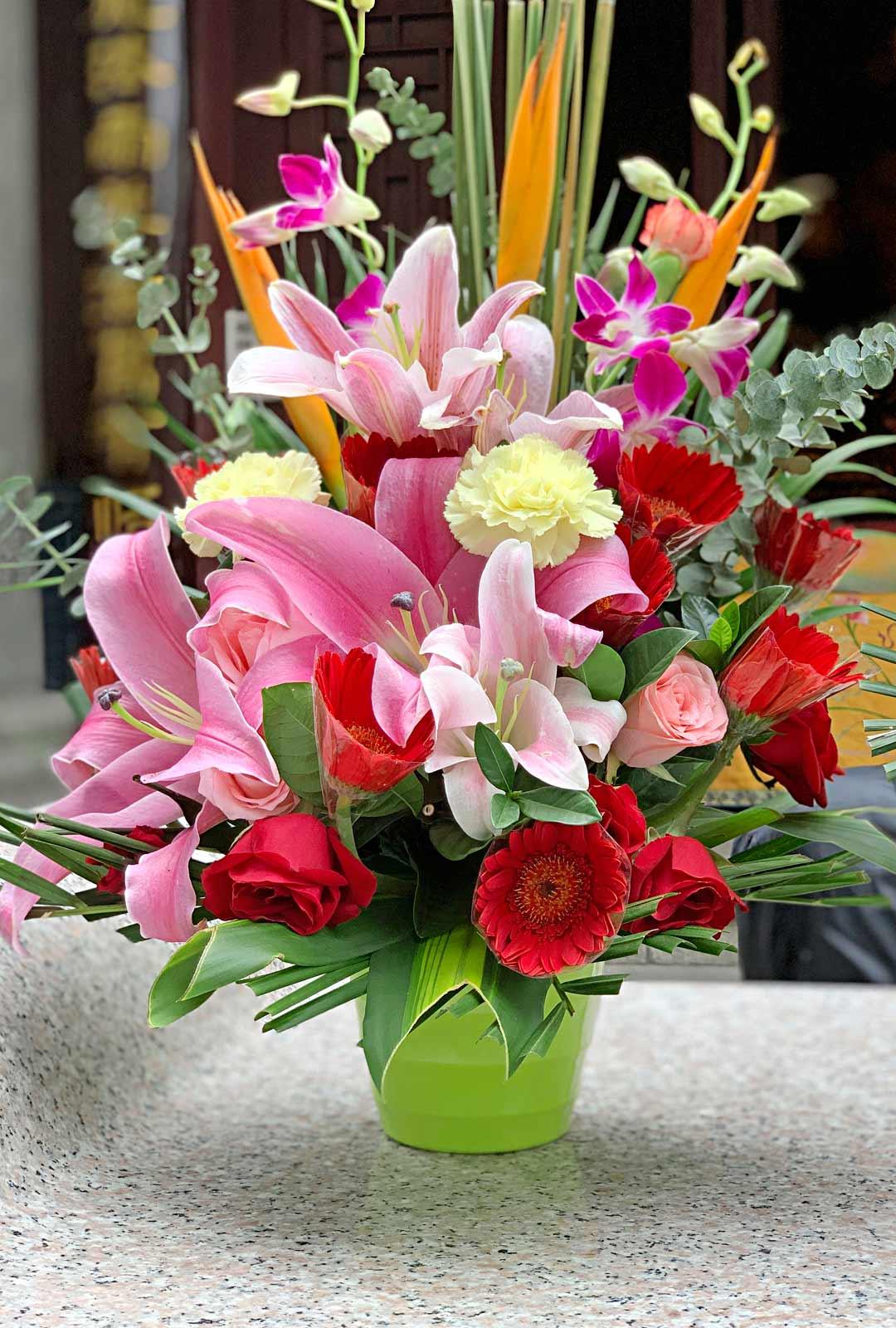 Temppelialueiden upeat ja värikkäät kukkakimput ovat uhrilahjoja. Niiden toivotaan edesauttavan omien rukousten toteutumista.