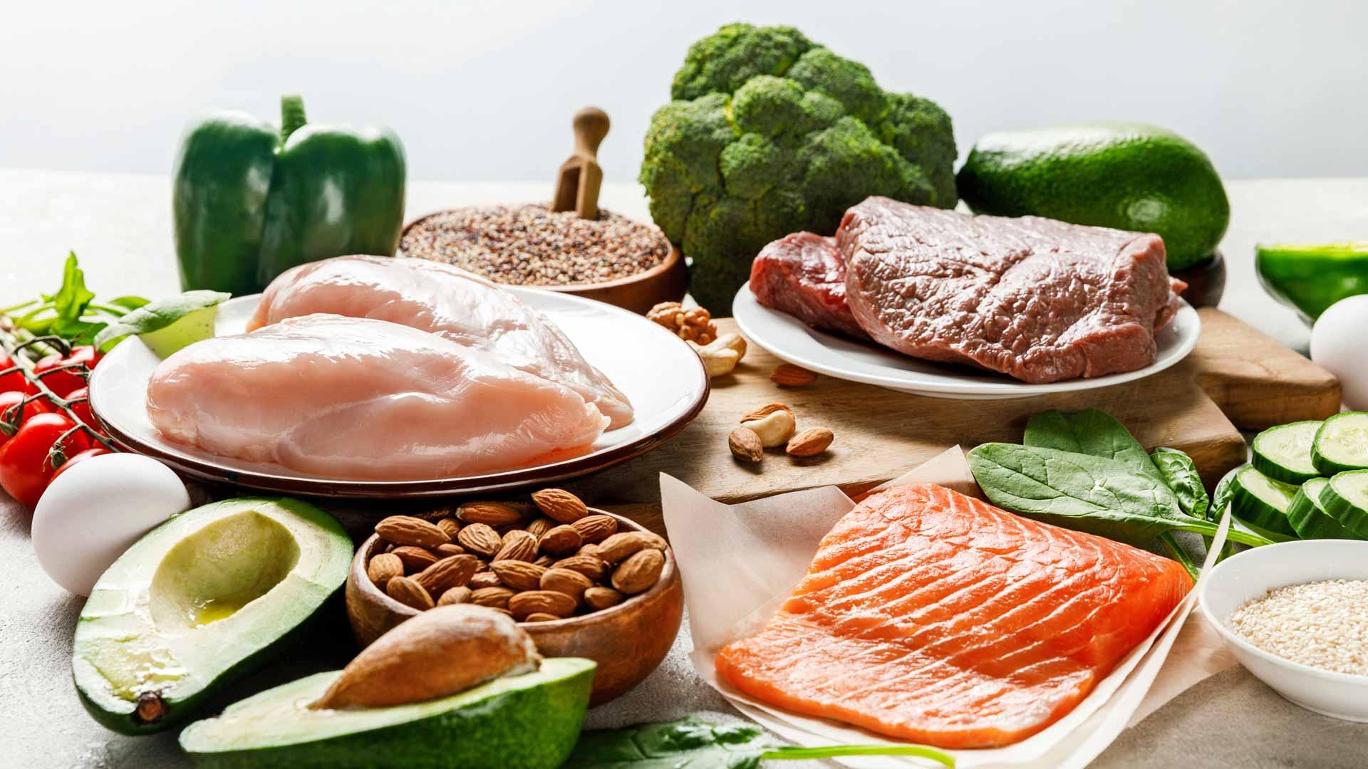 Ruokavalio koostetaan eläinproteiinin lähteistä, vähähiilihydraattisista kasviksista, pähkinöistä ja siemenistä sekä rasvoista.