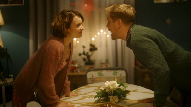 Outin (Elena Leeve) ja Jannen (Antti Luusuaniemi) joulu ei suju kovin mutkattomasti elokuvassa Täydellinen joulu.