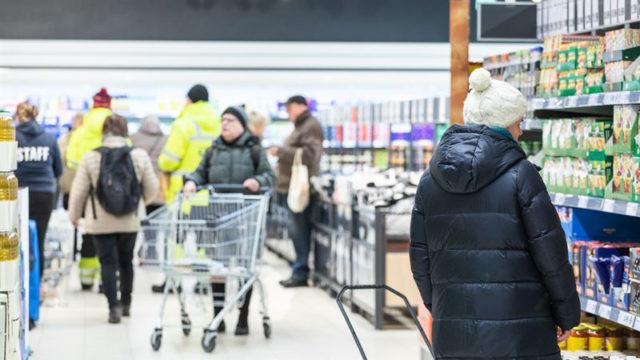 Suomalaiset käyvät vilkkaasti ruokakaupassa kaksi päivää ennen jouluaattoa.