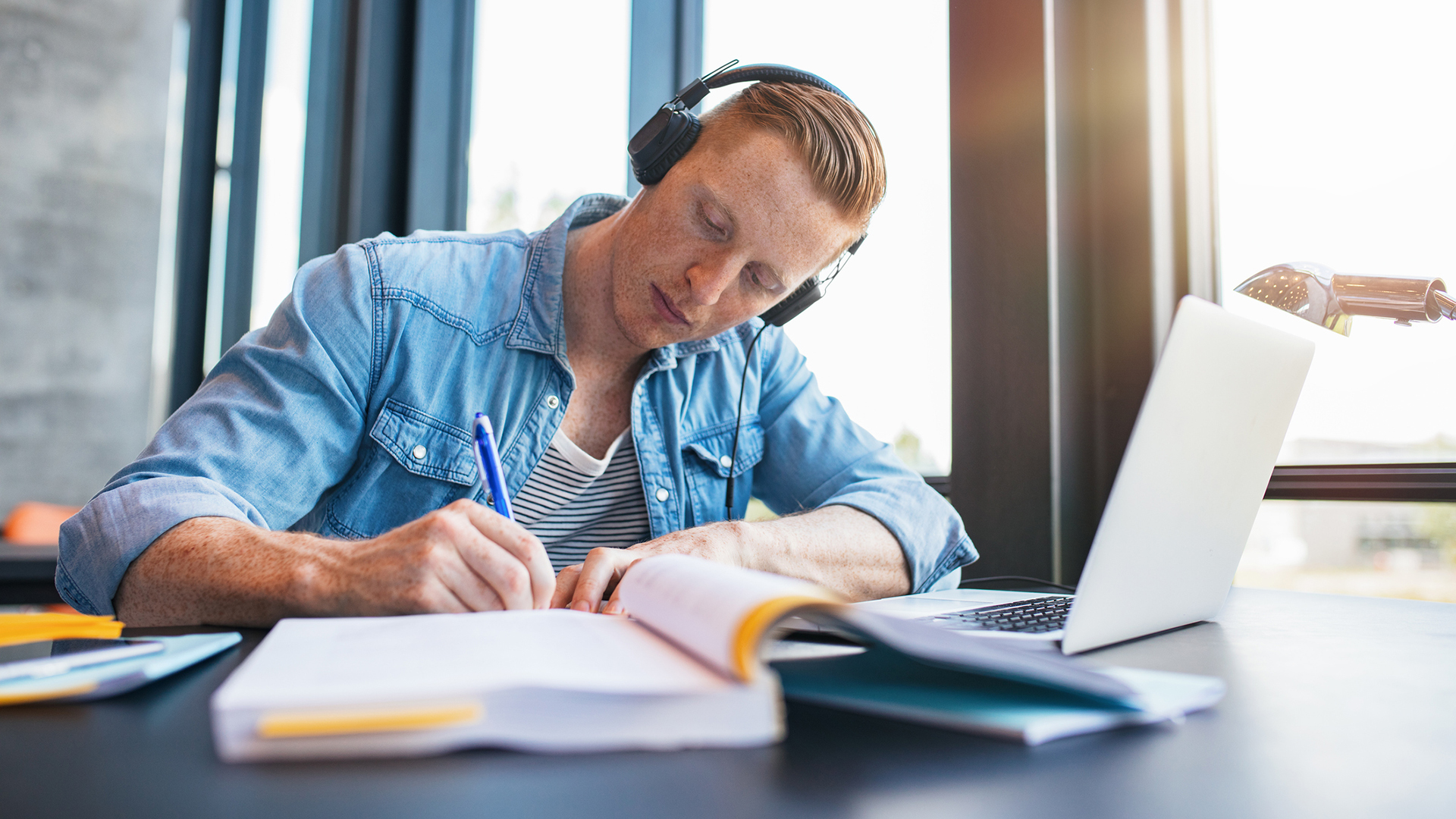Lukiolainen voi saada merkittävästi taloudellista etua riippuen siitä, missä lukiossa aikoo opiskella.