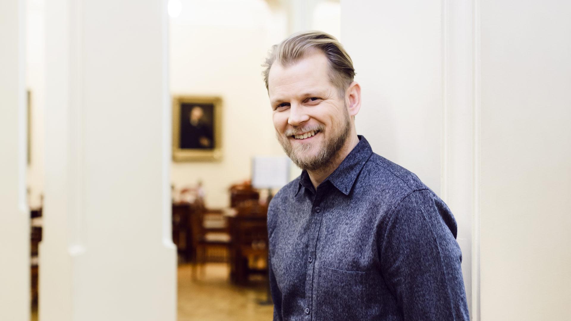 Näyttelijä Antti Luusuaniemen mielestä erilaiset odotukset joulusta saattavat aiheuttaa kitkaa perheenjäsenten välille.