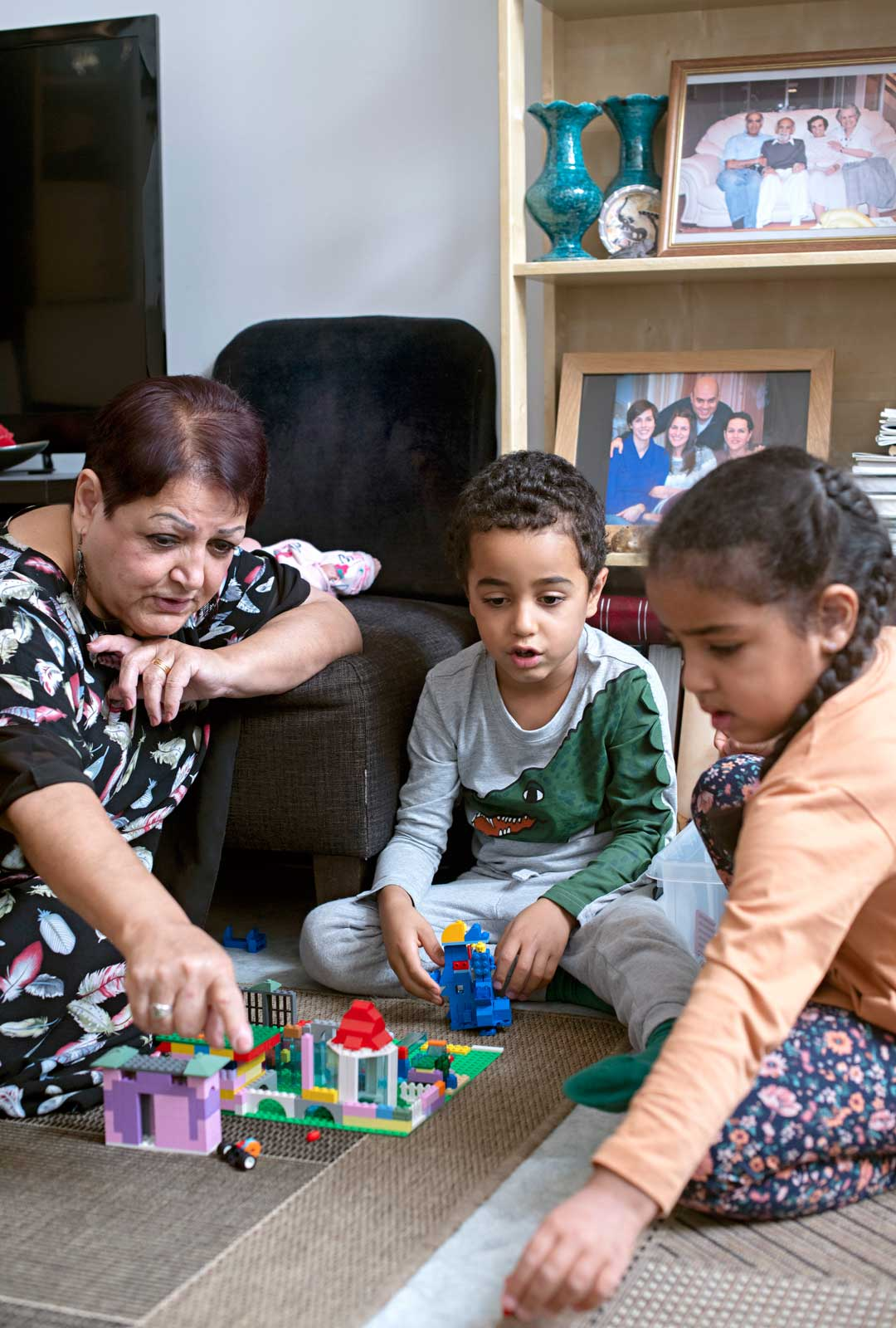 Kun Adina ja Nebiu tulevat mummin luo yökylään, leikitään legoilla ja katsotaan serkkujen kuvia.