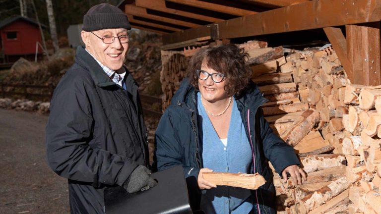 """Hilding Nylund ja Monika Fagerholm viihtyvät parhaiten kotona. """"Puolisoani olisi turha yrittää saada mukaan lomamatkalle Välimerelle"""", Monika sanoo."""