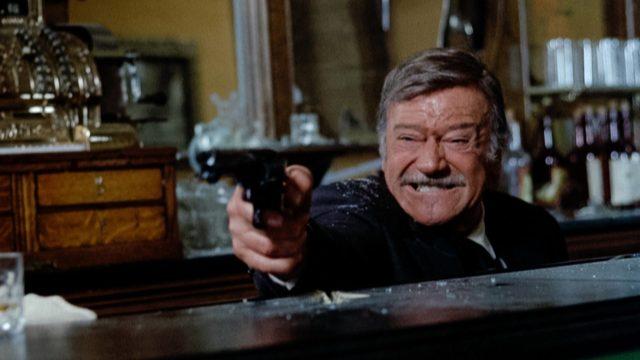 Elokuvanäyttelijä John Wayne elokuvassa Revolverimies.