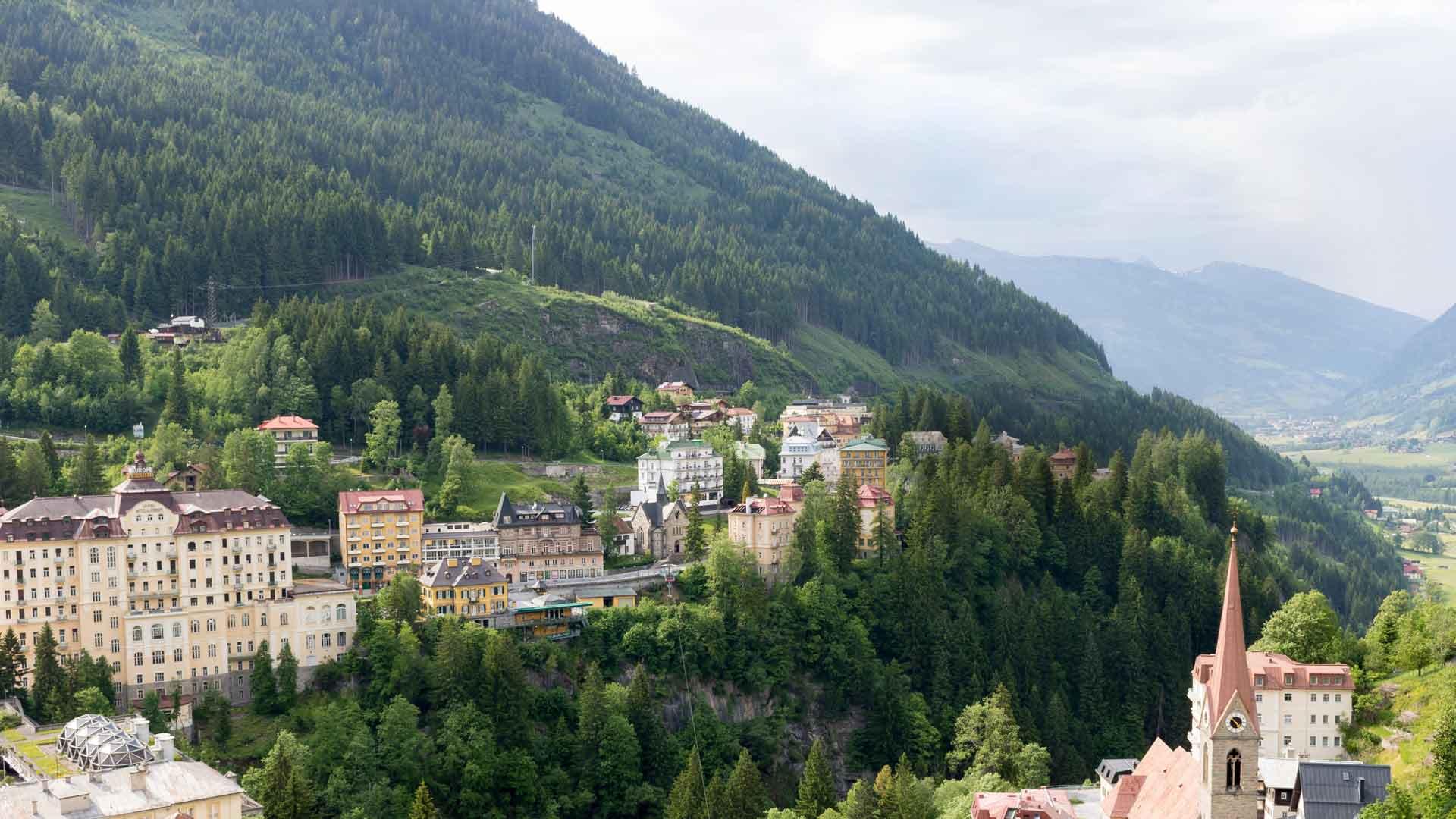 Bad Gastein on noin 4000 asukkaan tunnelmallinen Alppikylä Salzburgerlandissa.