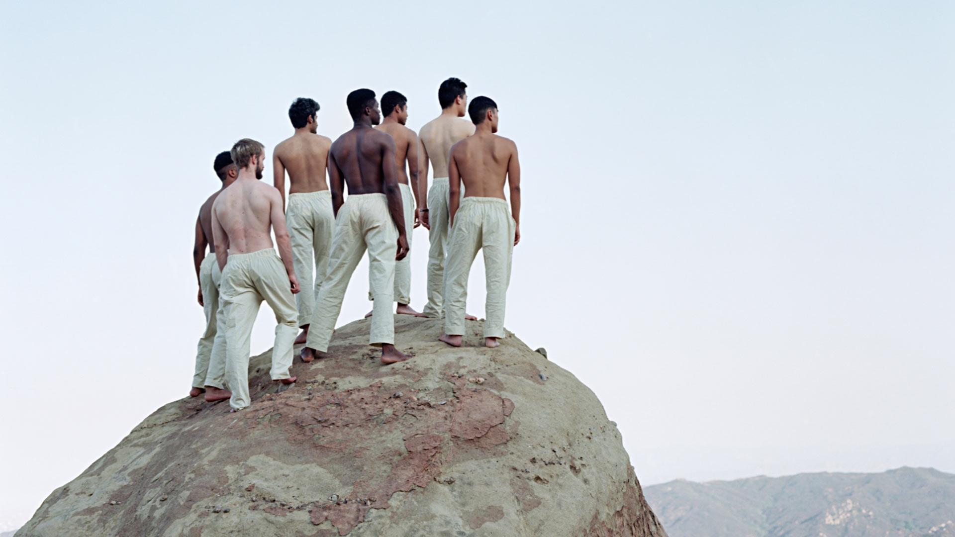 Lotta Lemetin Seitsemän veljestä seikkailevat Amerikassa.