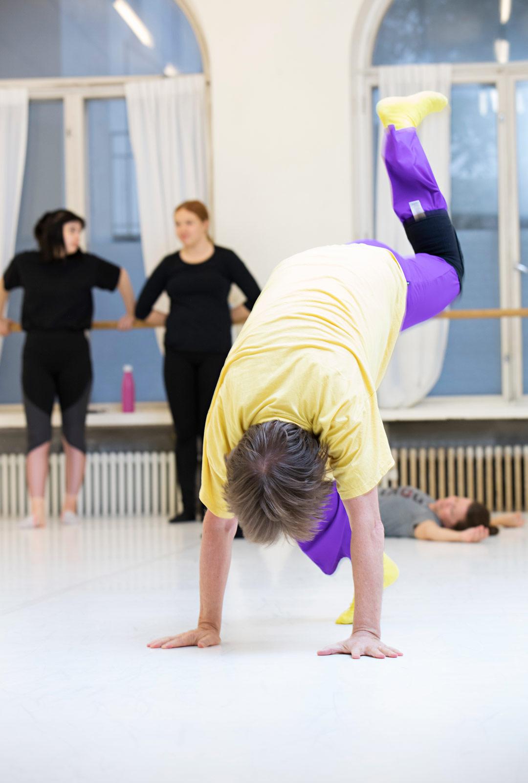 Eläkkeellä oleva musiikinopettaja Kari Yli-Havunen harrastaa modernin tanssin lisäksi afroa ja jazzia.