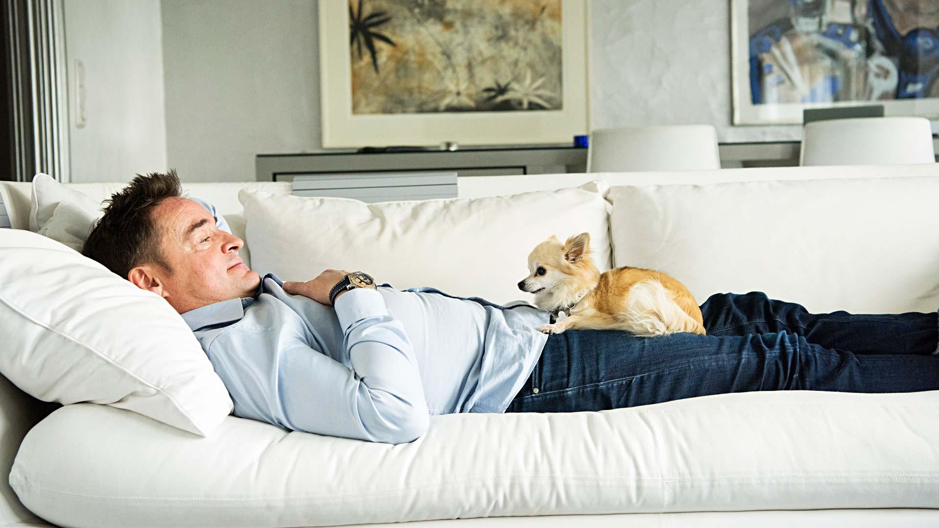 Kun työelämän jättämisestä oli kulunut vuosi, Tommi sairastui masennukseen ja saattoi vain istua sohvalla seinään tuijottaen.
