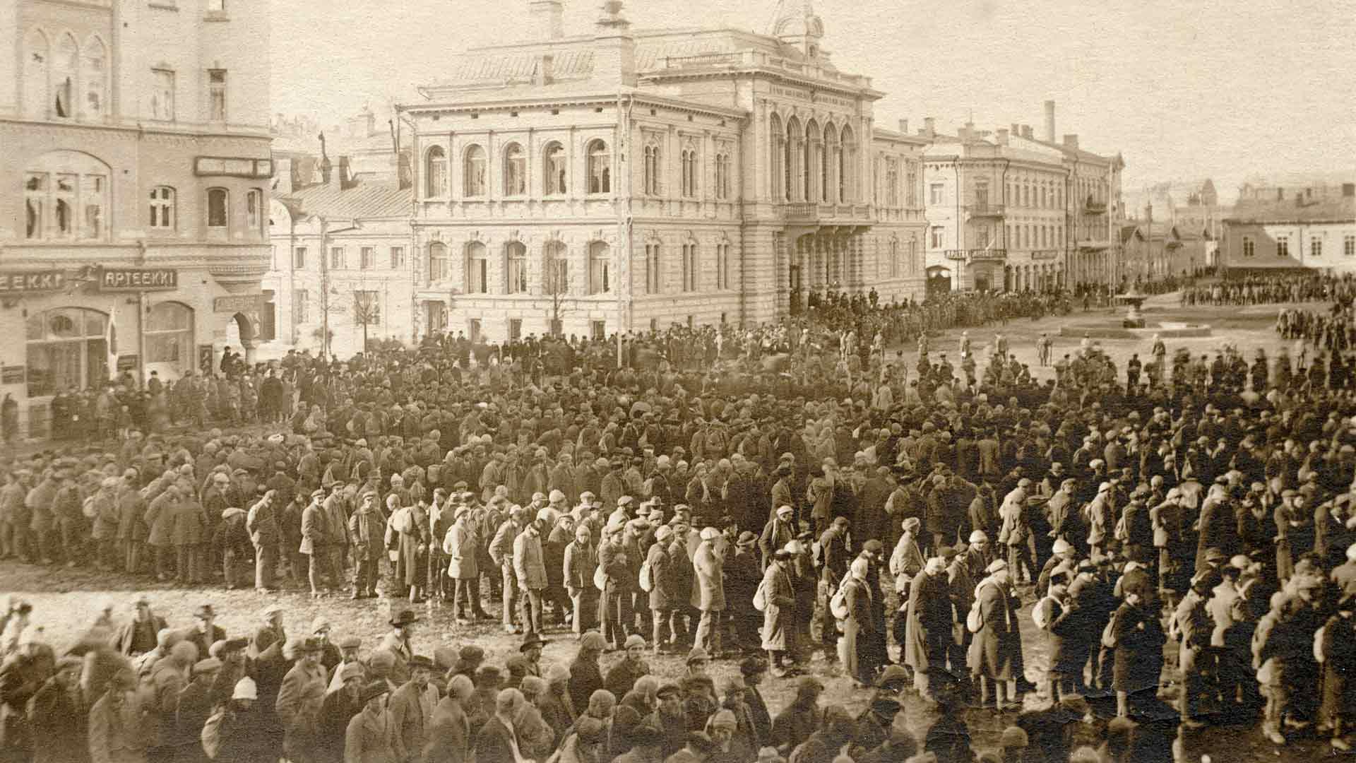 Tampereen punaiset koottiin 1918 kaupungin valtauksen jälkeen Keskustorille odottamaan kuljetusta. Näidenkin ihmisten kohtaloita voi löytää Sotasammosta.