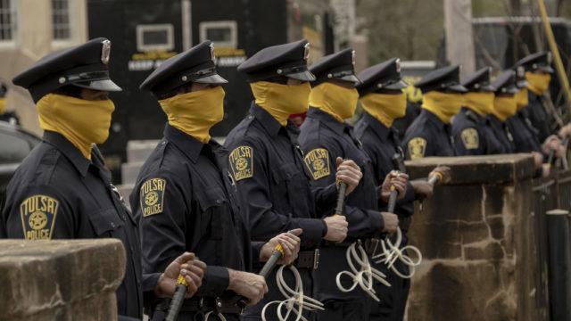 Watchmen-sarjassa rasistisia hyökkäyksiä pelkäävillä poliiseilla on keltaiset maskit.