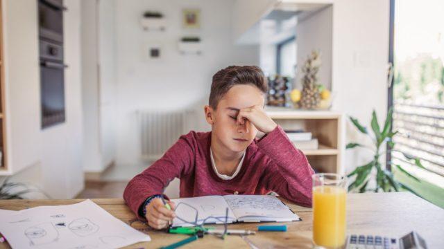 Toistuvat maha- ja pääkivut saattavat kertoa, että lapsen arjessa on liikaa kiirettä.