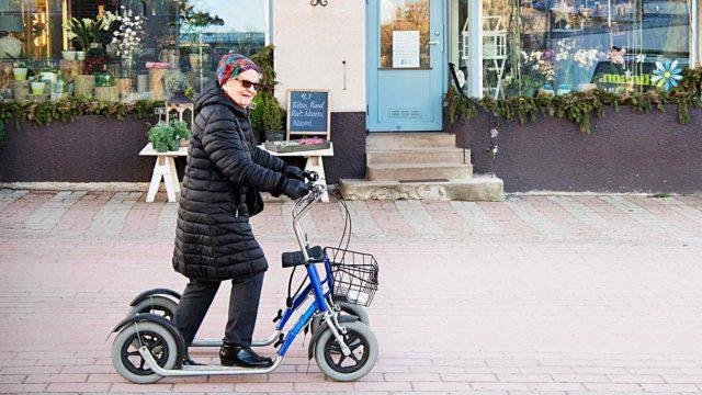 """""""Ajoin kerran kovaa rollaattorilla lastenvaunujen ohi. Ihan nauratti minua, ja nuorta äitiäkin"""", Elli Romberg kertoo."""