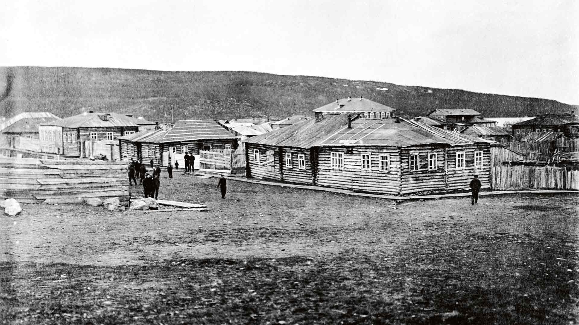 Venäjän puoleisille Jäämeren rannoille alkoi 1800-luvun puolen välin jälkeen kohota suomalaisasumuksia yksi toisensa jälkeen. Kylät kohtasivat karun lopun Stalinin vainoissa.