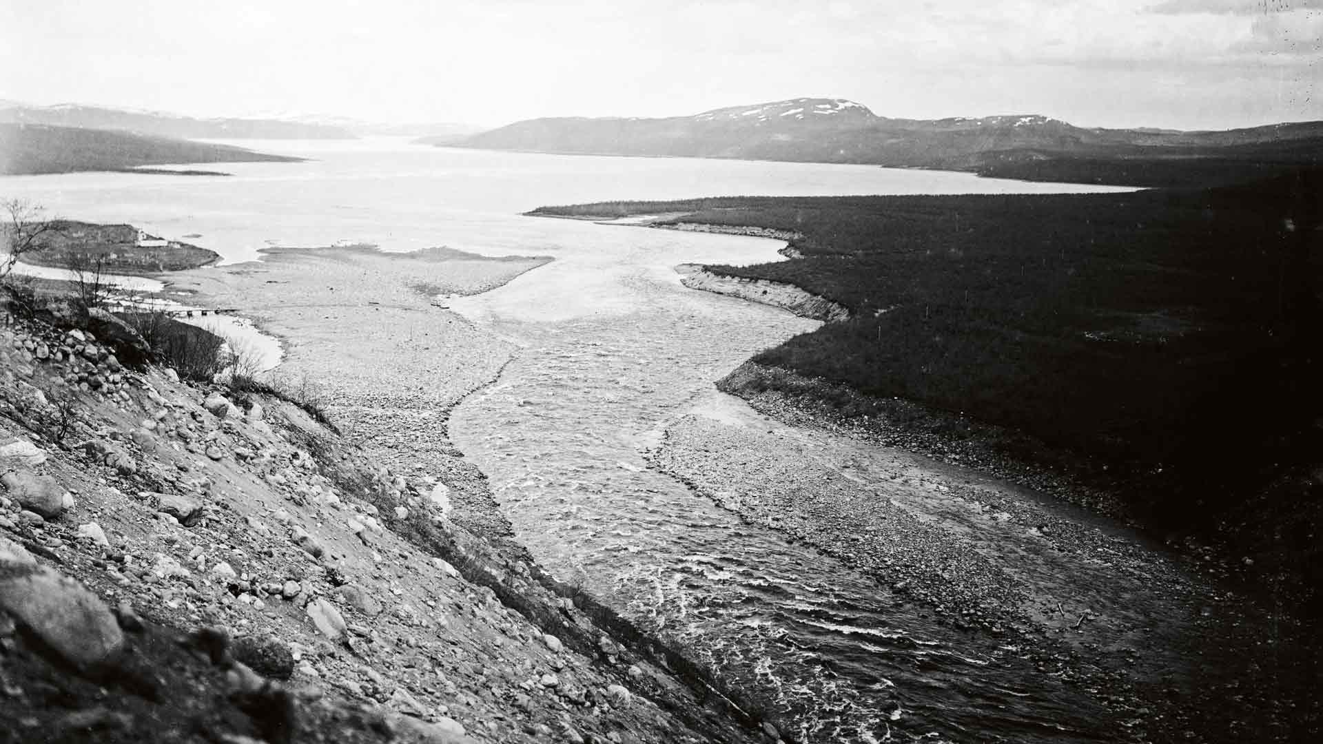 Kalaisat Jäämeren rannat ja joet ruokkivat nälkäisiä suomalaisia ja niiden rannoille, varsille ja töyräille uudisasukkaat rakensivat myös talojaan, ensin usein turpeesta ja sitten hirsistä. Heitä asui myös sisemmässä osassa aluetta.