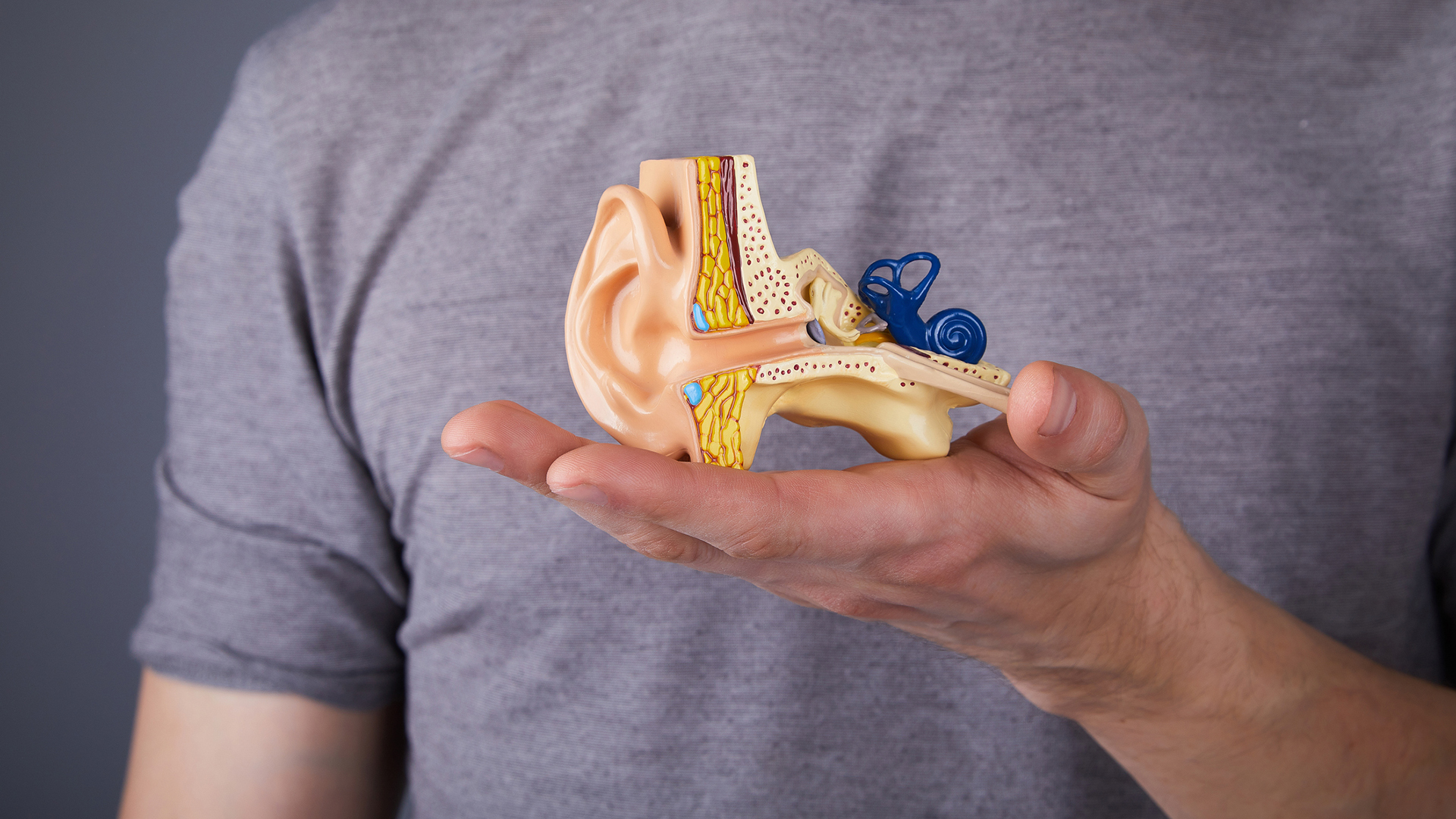 Kuulokoje ja monet muut apuvälineet tuovat helpotusta, kun huono kuulo vaivaa.