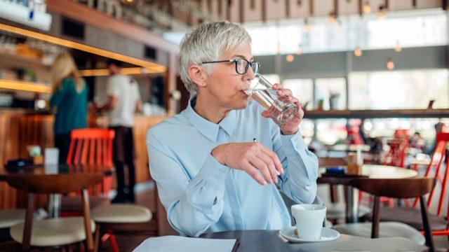Mikäli elimistö ei saa vuorokaudessa tarpeeksi nestettä, ei vettä riitä kostuttamaan suuta.